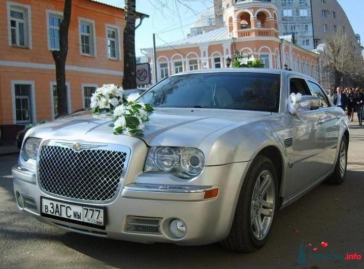 """Серебристый """"Chrysler"""", украшенный экибанами на фоне городских зданий. - фото 127207 Невеста01"""
