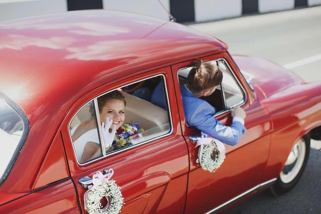 Счастливая пара молодоженов в красном ретромобиле. - фото 1618883 Ktora