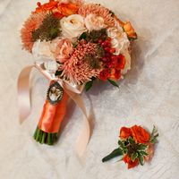 Оранжево-белый букет невесты из роз, гвоздик и астр