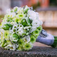 Зелено-белый букет невесты из танацетумов, ромашек и эустом