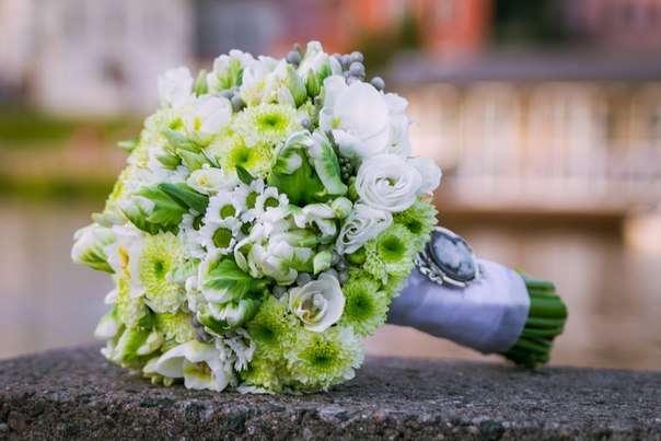 Зелено-белый букет невесты из танацетумов, ромашек и эустом - фото 1259715 Студия флористики и декора Батуры Кирилла