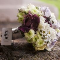 Букет невесты из бордовых калл, белых ромашек и белых танацетумов