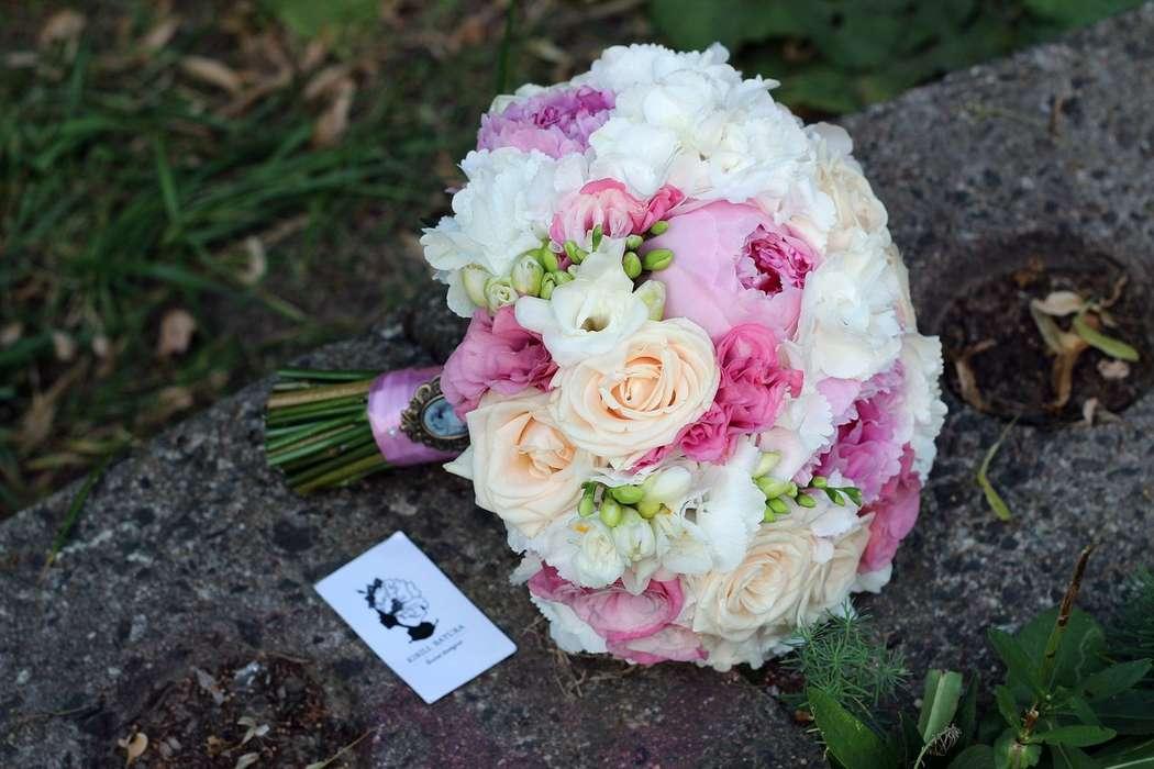 Букет невесты в круглом стиле из розовых пионов, нежно-оранжевых кустовых роз, белых фрезий и эустом, декорированный розовой - фото 1259741 Студия флористики и декора Батуры Кирилла