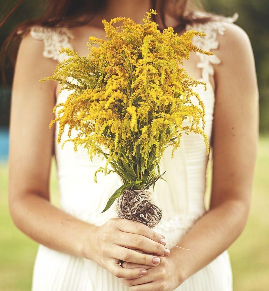 Букет невесты из желтого солидаго, завязанный коричневой бечевкой, в стиле рустик   - фото 1259791 Студия флористики и декора Батуры Кирилла