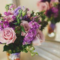 Сиреневый букет невесты из роз, фиалок и эустом