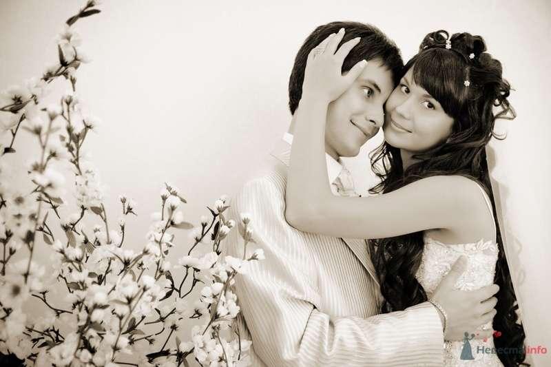 Жених и невеста стоят, прислонившись друг к другу, на фоне белой стены - фото 40088 Rainbow