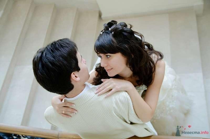 Жених и невеста стоят, прислонившись друг к другу, стоят на белой лестнице - фото 40099 Rainbow