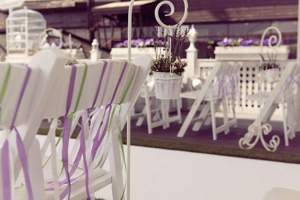 Стулья для гостей на выездной свадебной церемонии, украшенные сиреневыми и зелеными лентами - фото 1669887 Свадебное агентство Art Jam