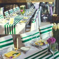 Цветочные композиции из свежих весенних цветов в прозрачных вазах стали гармоничным дополнением декора столов