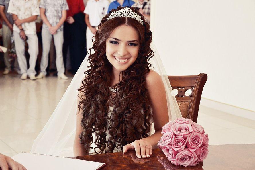 Свадебные прически на длинные волосы с короной