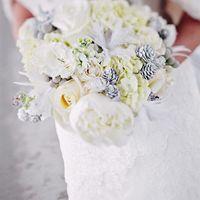 Белый букет невесты из вероники, пионов, роз, серой брунии и белых шишек