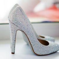 Серебристые туфли невесты на высоком каблуке