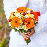 Букет невесты в оранжевом цвете из гербер, фрезий и эустом
