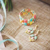 Комплект свадебной бижутерии - массивные серьги и широкий браслет из искусственных камней в оттенках от белого, кораллового, желтого до голубого, зеленого и оранжевого.