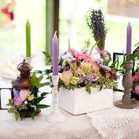 Розовый, сиреневый, лавандовый тона в оформлении свадьбы в стиле Прованс. Фонари металлические, деревянные кашпо, подсвечники.