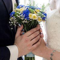 Букет невесты из синих васильков и белого танацетума