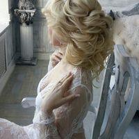 Легкая свадебная прическа на средние волосы с диадемой под фату