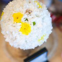Букет невесты в круглом стиле из белых ромашек и желтых астр