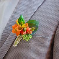 бутоньерка к букету с пионовидными розами и маком