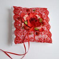 Подушечка для колец с красным кружевом и цветочной композицией