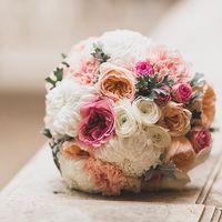 Букет невесты из роз, гвоздик и астр в розово-белом цвете