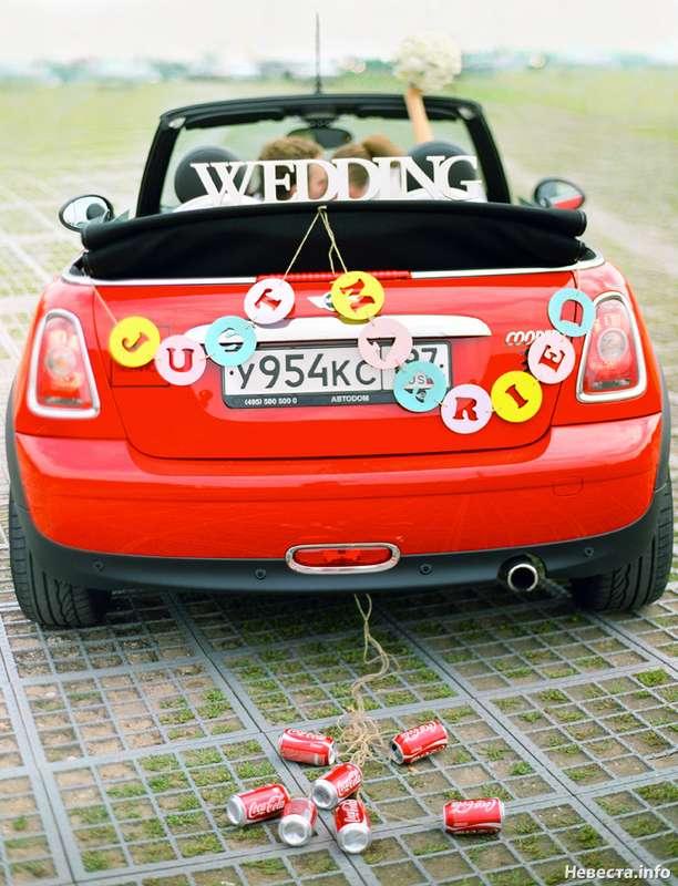 """Красный """"кабриолет"""" украшенный  гирляндами из букв JUST MARRIEND и WEDDING. - фото 2266334 Yulianka_"""