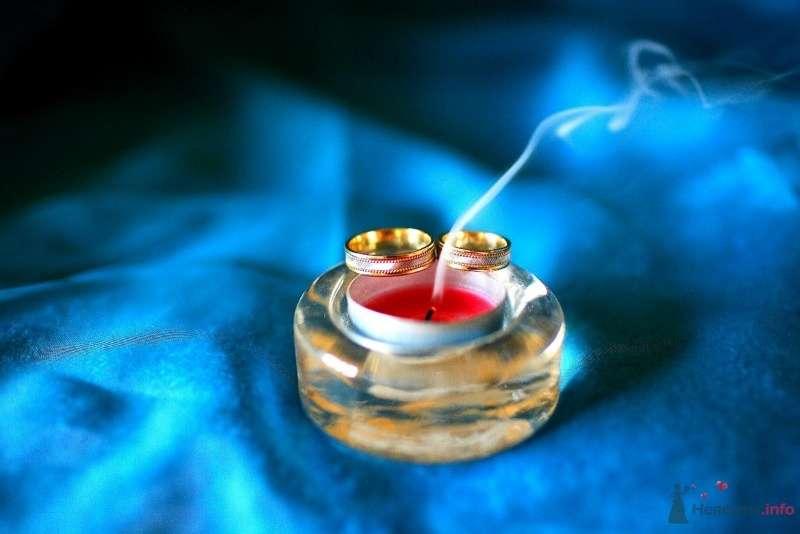 Обручальные кольца из комбинированного золота с ободком на фоне подсвечника и красной свечи. - фото 45707 Невеста01
