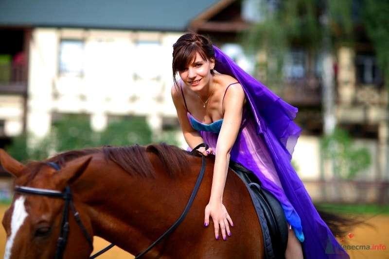 Невеста едет верхом на коричневой лошади - фото 45760 Невеста01