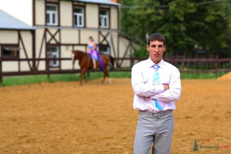 Жених в белой рубашке, серых брюках и в галстуке розово-голубого цвета - фото 45762 Невеста01