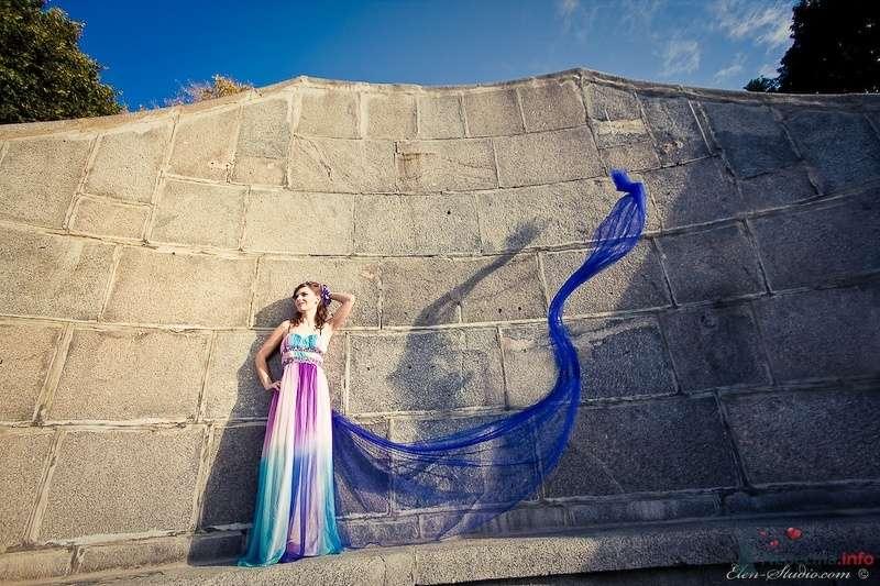 Невеста в ярком длинном платье стоит у старой стены - фото 53159 Невеста01