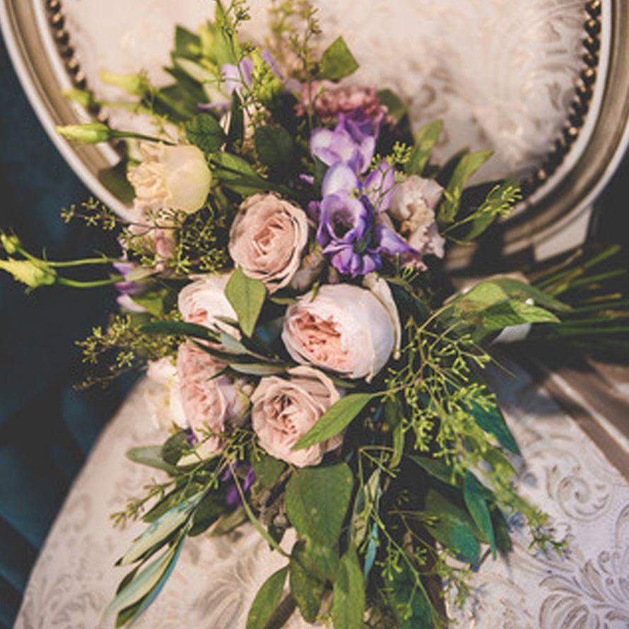 Букет невесты из пионовидной розы, кустовой и одноголовой розы, махрового лизиантуса и фрезий, с эвкалиптом - фото 16733646 Флорист Юрина Алёна