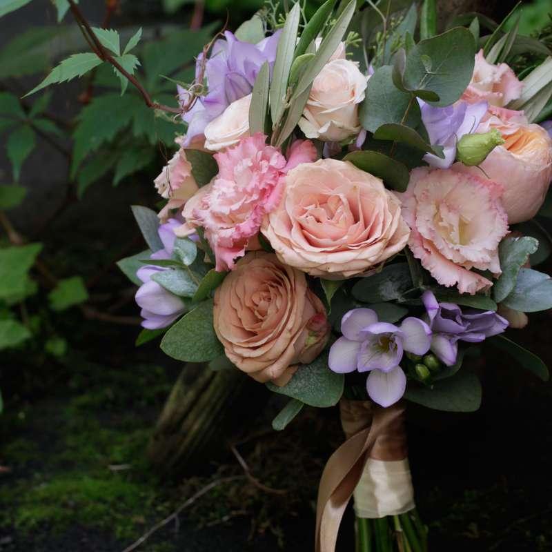 Букет невесты из пионовидной розы сорта Вувузелла, сиреневой фрезии и эвкалипта - фото 16733652 Флорист Юрина Алёна