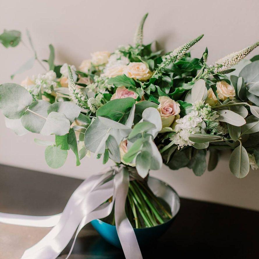 Букет невесты- растрепыш из зелени вкалипты, хедеры и оливы, с кустовой розой, вероникой и калистефусом - фото 16733664 Флорист Юрина Алёна