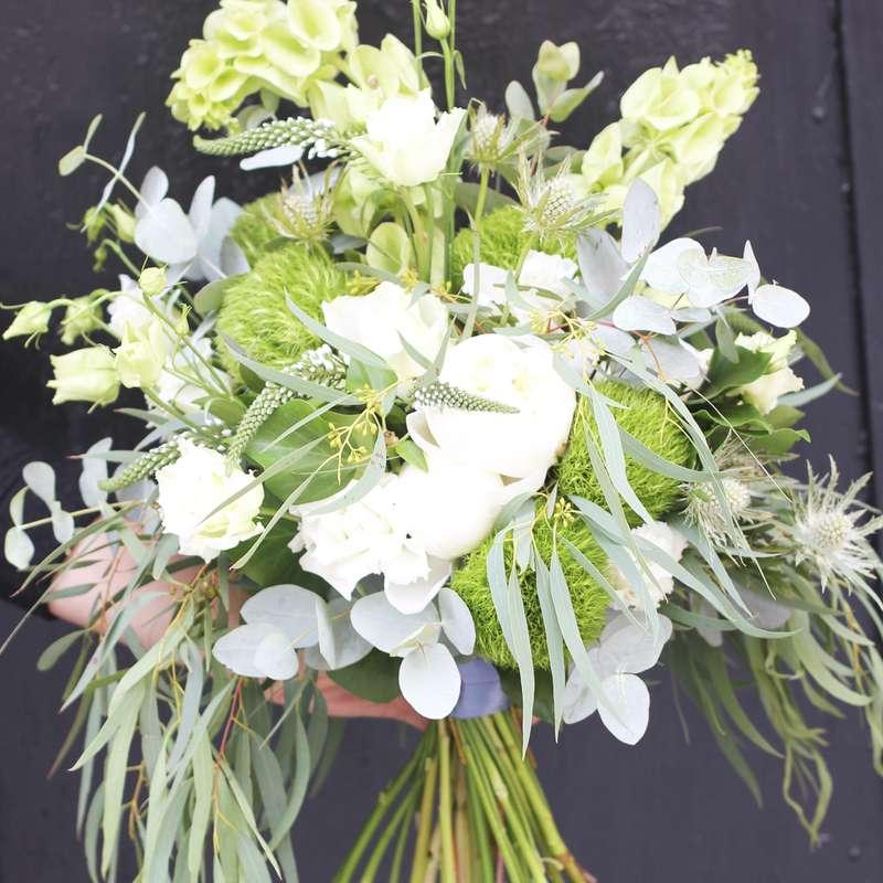 Букет невесты в бело-зеленой гамме. В составе: белый лизиантус, белая роза, зеленый диантус, эрингиум, молюцелла, эвкалипт двух сортов, вероника - фото 16733720 Флорист Юрина Алёна