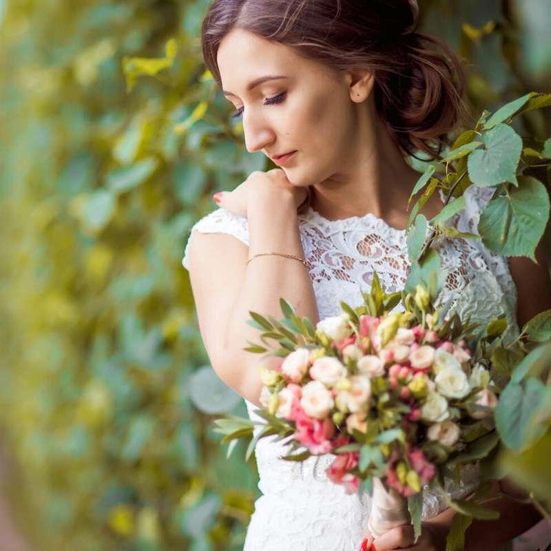 Букет невесты из кустовой розы, эвкалипта и лизиантуса - фото 16733722 Флорист Юрина Алёна