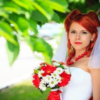 Образ невесты в ярких красных тонах и букет невесты из ромашек и гербер