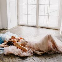 Нежные пудровые оттенки в свадебном платье