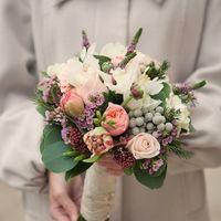 № 0561 .Свадебный букет на своих ногах , из одноголовых и кустовых роз . Цена букета 4000