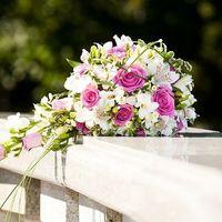 Букет каскадный: основные цветы розы, лилия, зелень - питаспорум