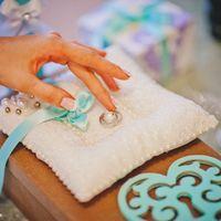 Подушечка для колец с атласной лентой бирюзового цвета и декоративное сердце для фотосессии к свадьбе в стиле Тиффани