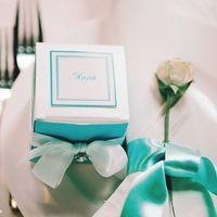 Коробочки боньбоньерки, подарки для гостей, они же выполняют роль рассадочных карточек на свадьбе в стиле тиффани