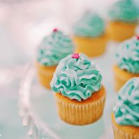 мини капкейки, пирожные на candy bar сладком столе для свадьбы в цвете тиффани