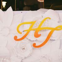 монограмма молодых из дерева, цветочный пресс волл, большие бумажные цветы на свадьбе в стиле шебби шик
