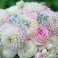 Бело-розовый букет невесты с георгинами и пионами