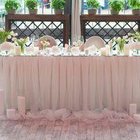стол молодых белые цветы