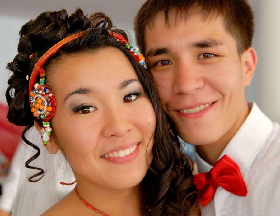 Причёску невесты украшает красный ободок с этническими подвесками, расшитыми разноцветными бусинами и бисером - фото 2860181 Фотограф Арбачаков Александр Никитич
