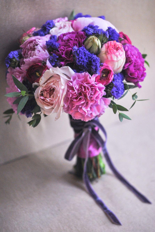 Букет невесты из розовых и сиреневых гвоздик, синего лимониума, зеленого эвкалипта и розовых роз, декорированный розовой атласной - фото 1548199 Цветочная мастерская Teplitsa
