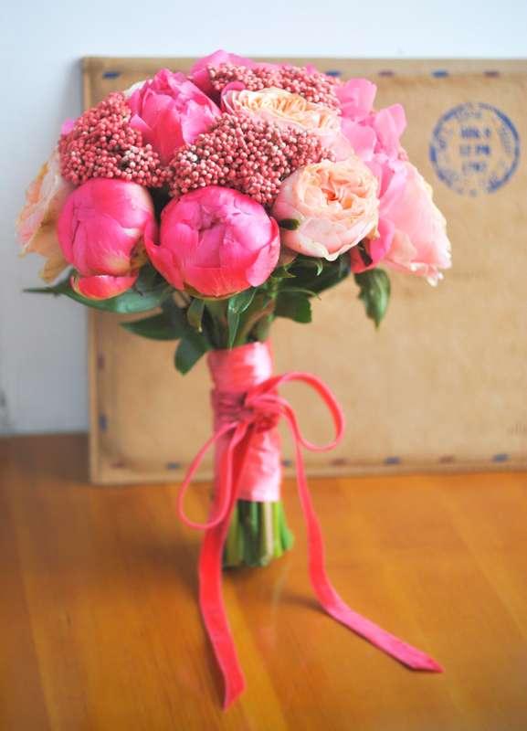 Букет невесты из розовых пионов, роз и скиммии, декорированный ярко-розовой лентой  - фото 1548609 Цветочная мастерская Teplitsa