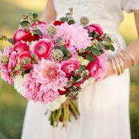 Букет невесты из ранункулюсов, астр и роз в розовых тонах