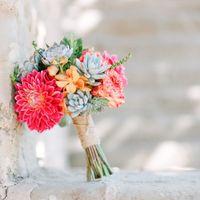 Букет невесты из розовых роз, желтых орхидей и зеленых сукулентов
